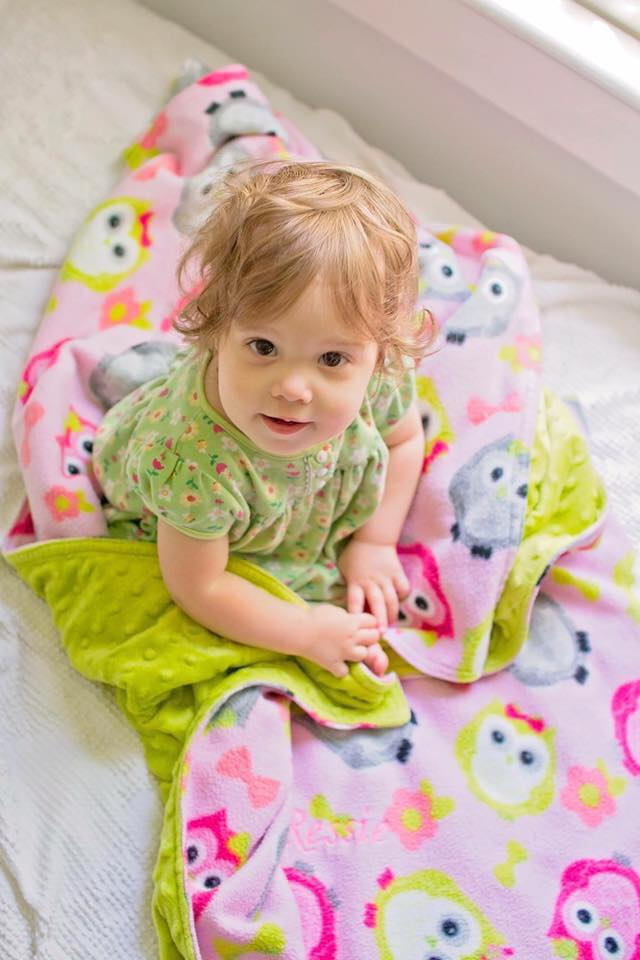 0320-baby-human-girl-on-blanket